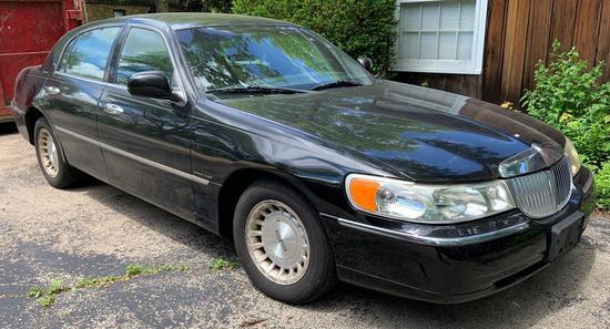 2001 Lincoln town car four-door sedan