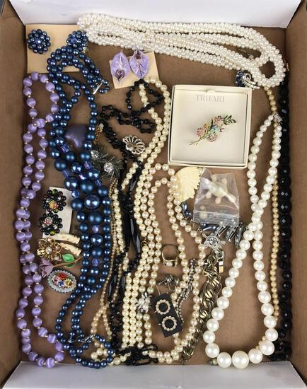 Group of 25 pieces costume jewelry