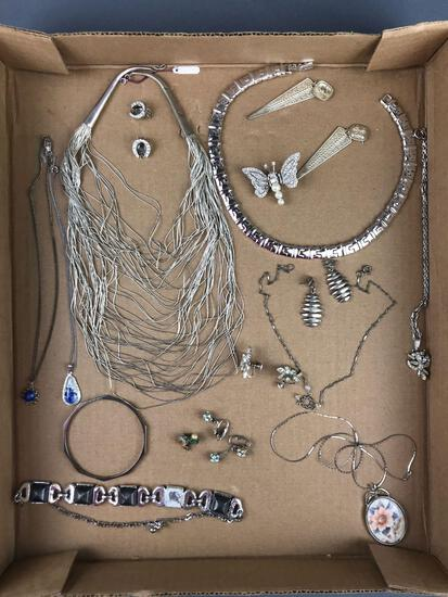 Group of 20+ pieces costume jewelry