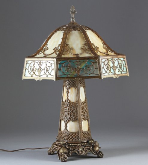 Beautiful antique stained glass / bent glass Table Lamp, circa 1915-1920, attributed to the Pittsbur