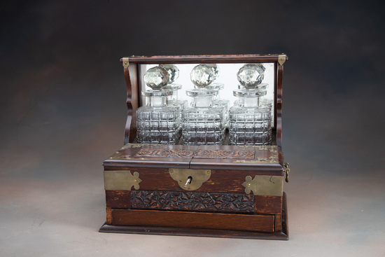 Finely carved, antique oak Tantalus (Liquor Case), circa 1900-1910, very detailed carving with ornat
