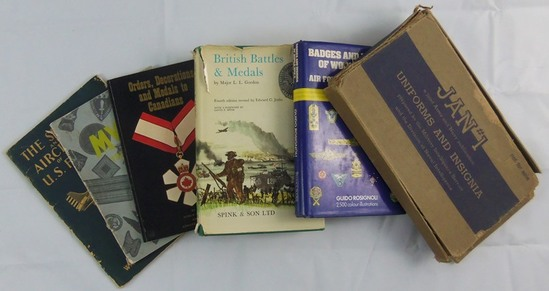 6 pcs. US/Canadian/British/Italian Insignia/Medals/Aircraft Reference Books