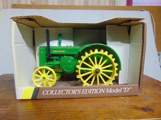 John Deere 1953 Model D Toy Tractor, NIB, 1/16 Scale