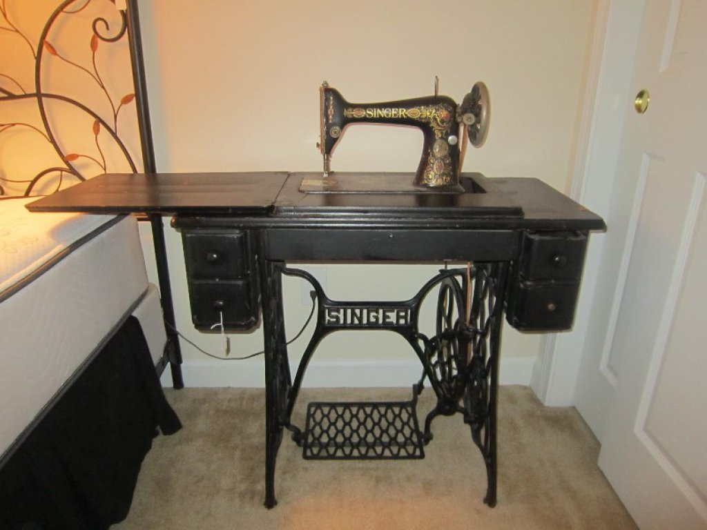 Vintage Singer Sewing Machine on Wood/Metal Base w/ Accessories, Ornate Motif