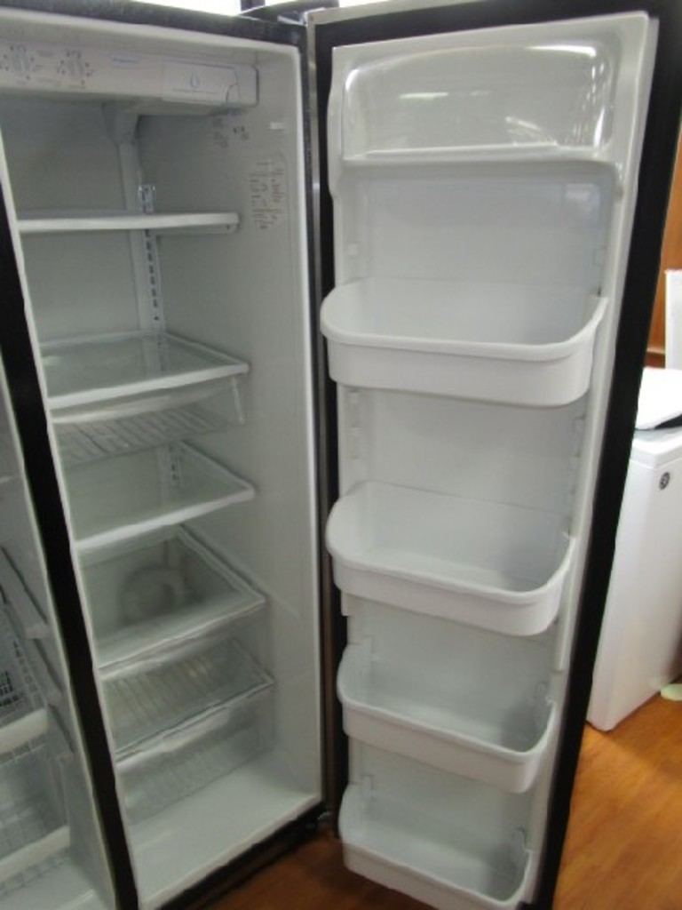 Lot: Frigidaire Fridge/Freezer Model No FR526HSBSBS Metal Front