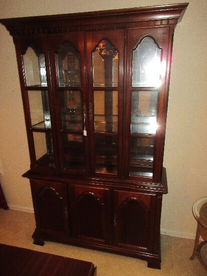 Lexington Furniture Traditional Lighted China Cabinet Mirrored Back Glass Shelves