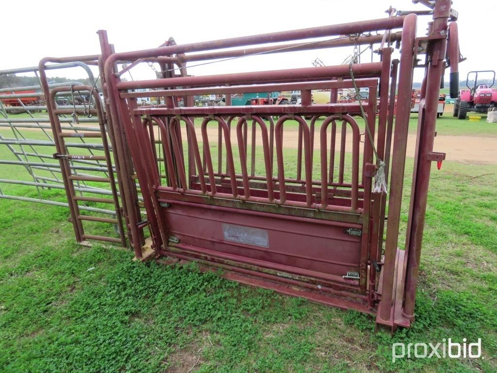 American Farmland livestock chute w/ palpation alley & (2) gates