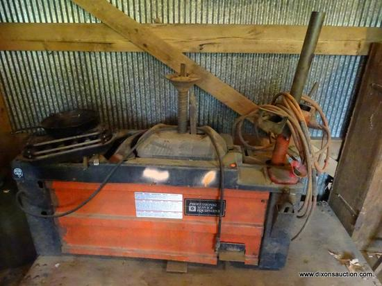 (OUT) COATS TIRE CHANGER; MODEL 8028700 4040SA. SERIAL 0002547696. IS IN GOOD USED CONDITION AND