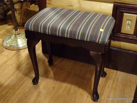(BDEN) BOMBAY CO. STRIPED UPHOLSTERED BENCH; WITH MAHOGANY QUEEN ANNE LEG BASE. THE STRIPE PATTERN