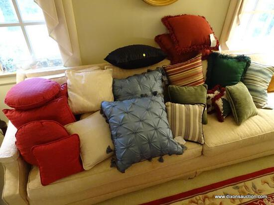 (FR) LOT OF ASSORTED DECORATIVE THROW PILLOWS, 23 PIECE LOT OF DECORATIVE PILLOWS TO INCLUDE A SET