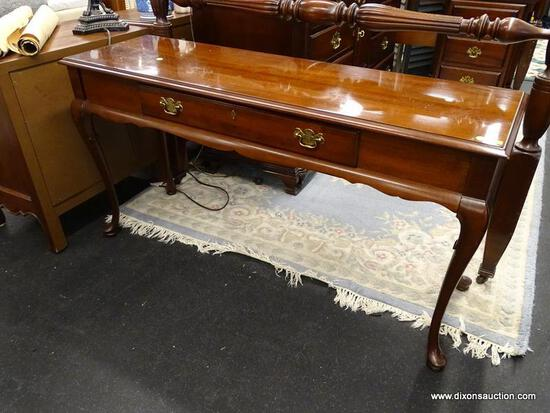 (R1) GORDON'S INC. SOFA TABLE; QUEEN ANNE STYLE, SINGLE DRAWER, MAHOGANY SOFA TABLE WITH A SCALLOPED