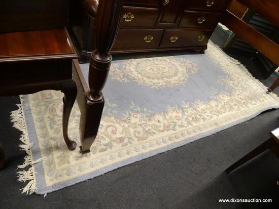 (R1) FLORAL AREA RUG; MACHINE WOVEN, BLUE AND CREAM, FLORAL PATTERNED AREA RUG WITH FRINGES ON 2