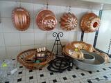 (KITCHEN) LOT OF ASSORTED BAKEWARE AND KITCHEN ITEMS; 20 PIECE LOT TO INCLUDE 3 ROUND/OVAL CAKE
