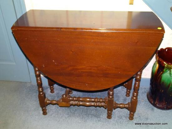 (HALL) TABLE; VINTAGE MAHOGANY WILLIAM AND MARY STYLE DROP LEAF TABLE WITH TURNED LEGS AND SUPPORTS-
