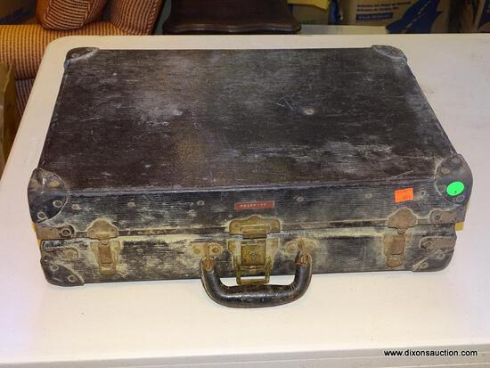 VINTAGE BRIEFCASE WITH A DIVIDED INTERIOR.