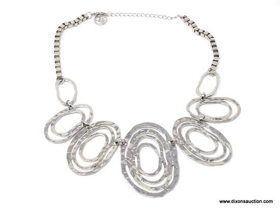 DESIGNER SIGNED, ERICA LYONS MODERNIST SILVER TONE HAMMERED SWIRL STATEMENT NECKLACE. FEATURES 7