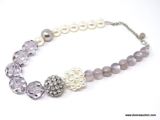 VINTAGE CHUNKY LARGE OVERSIZED PEARL AND LUCITE BEAD FASHION NECKLACE. FEATURES LARGE GRAY AND WHITE