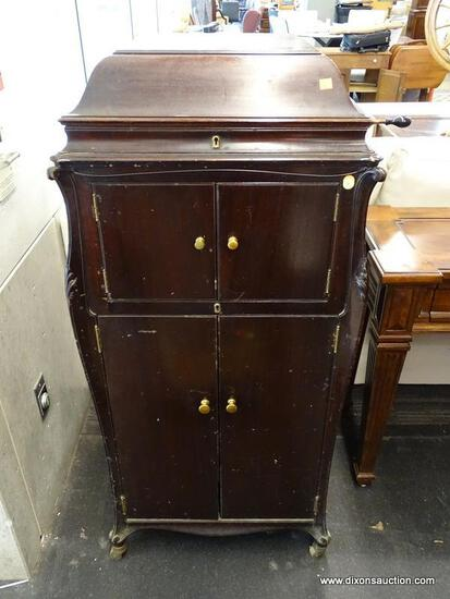 VICTROLA TALKING MACHINE CO. MAHOGANY MUSIC CABINET WITH LIFT TOP, CENTER HORN, AND 2 LOWER DOORS