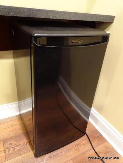(BAS) DANBY DESIGNER BRAND BLACK MINI FRIDGE. HAS BEEN TESTED AND DOES TURN ON. MEASURES 18 IN X 19