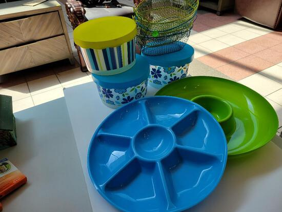 9 PIECE PLASTIC PICNIC/STORAGE SET INCLUDES 2 PATTERS, 3 CONTAINERS WITH LIDS AND 4 WIRE BASKETS