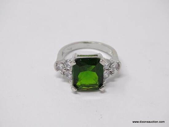 .925 STERLING SILVER LADIES 5 CT GREEN GEMSTONE COCKTAIL RING. SIZE 8.