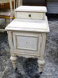 (R1) WHITE PAINTED END TABLE/SIDE TABLE WITH 1 DRAWER OVER A SINGLE DOOR (HANDLE FOR THE DOOR IS IN