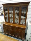 (R1) ETHAN ALLEN 2 PIECE CHINA CABINET WITH 2 INTERIOR WOODEN SHELVES AND 5 DRAWERS OVER 4 DOORS.