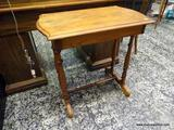 (R1) OAK SIDE / END TABLE WITH 1 HIDDEN DRAWER AND STRETCHER BASE. MEASURES 28 IN X 17 IN X 29 IN.
