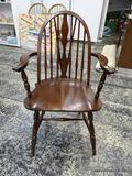 (R1) MAHOGANY BRACEBACK WINDSOR ARM CHAIR WITH PLANK BOTTOM SEAT. MEASURES 23 IN X 19 IN X 37 IN.