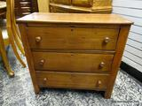 (R1) ANTIQUE MAHOGANY 3 DRAWER NIGHT STAND / SIDE TABLE / END TABLE WITH WOODEN KNOB STYLE HANDLES.