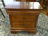 (R1) KINCAID 3 DRAWER NIGHT STAND/END TABLE WITH SHIELD STYLE ACCENTS ON THE DRAWERS. IS 1 OF A
