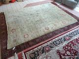 MACHINE MADE ORIENTAL AREA RUG IN GREEN, IVORY, AND GOLD. HAS A VEGETABLE DYE LOOK. MEASURES