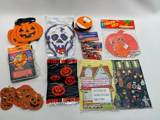 (10J) HALLOWEEN PARTY DECOR AND SUPPLIES INCLUDING JACK O LANTERN PUMPKIN BANNER, TABLE CONFETTI,
