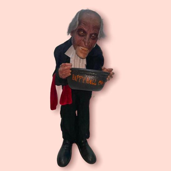 35 INCH ANIMATED CREEPY BUTLER SCARY HALLOWEEN HAUNTED HOUSE ENTRYWAY FIGURE. BATTERIES ARE WEAK BUT
