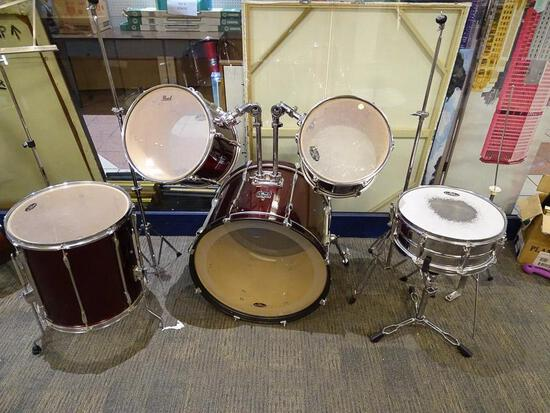 (SC) PEARL BRAND DRUM KIT FROM THE EXPORT SERIES. INCLUDES BASS DRUM, 2 MOUNTED SIDE DRUMS, A SNARE