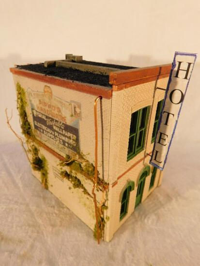 "Ameritown Two Story Hotel Corner Complex ""O"" Gauge Used"