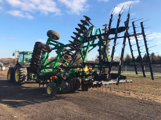 like new '14 JD 2620 26.5' disc with rear drag harrow, less than 300 total acres
