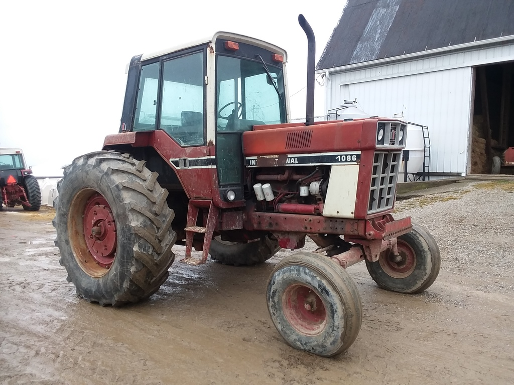 IH 1086 Tractor w/Cab
