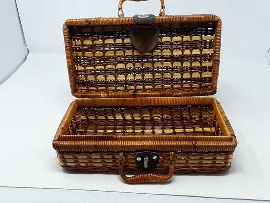 SMALL WICKER BASKET WITH FASTENER