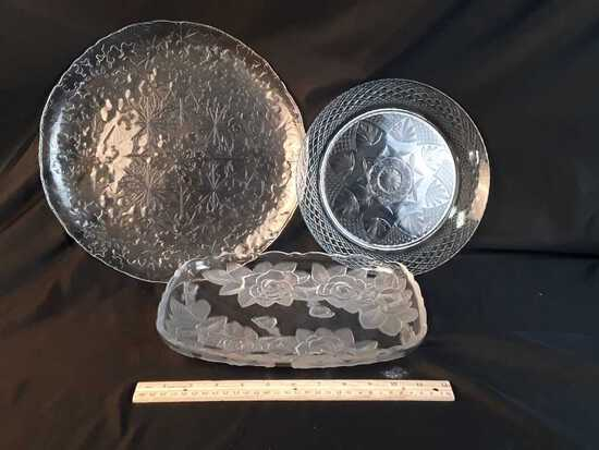 SET OF 3 GLASS SERVING DISHES.