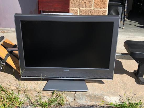 Toshiba 32in Television Model: 32HLV16 w/ Remote