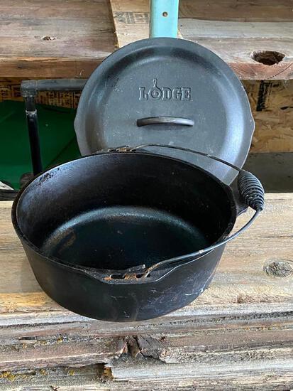 Large Lodge Dutch Oven w/ Lid - Cast Iron