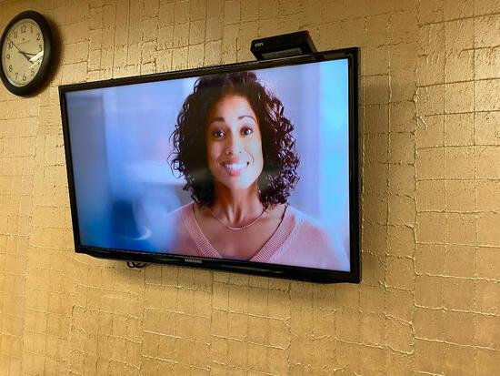 Samsung 32in LED TV w/ Remote & Wall Mount, Works Perfect