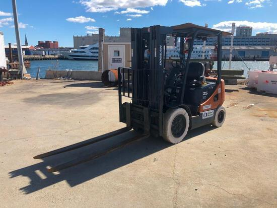DOOSAN G25P-5 FORKLIFT SN:FGAOB-1330-02745 powered by dual fuel, equipped with OROPS, 5,000lb lift c