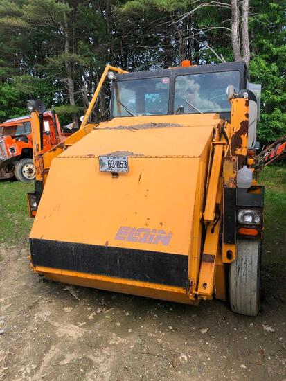 ELGIN PELICAN SERIES SE SWEEPER VN:N/A powered by 4 cylinder diesel engine, equipped with automatic