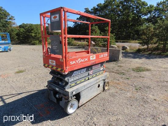 2013 SKYJACK SJ3219 SCISSOR LIFT SN:22056094 electric powered, equipped with 19ft. Platform height,