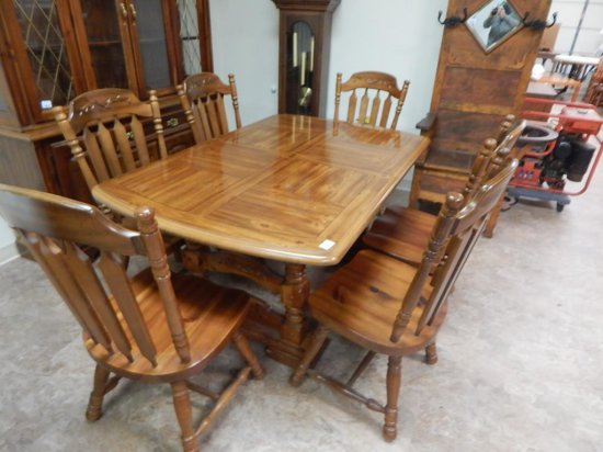 Vintage Wood Dining room table with leaf & 6 matching chairs