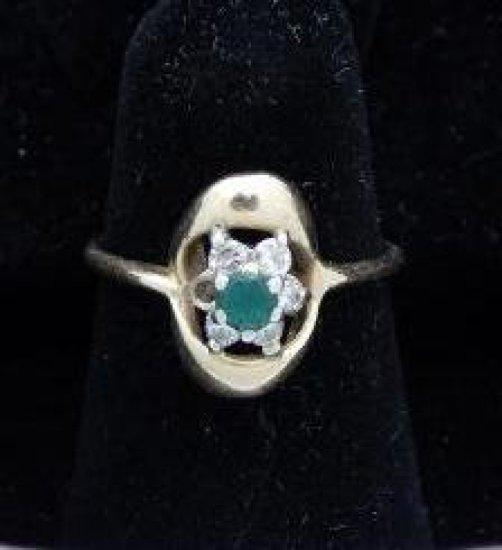 10 kt diamond & emerald? Green stone ring *missing 1 diamond size 6.25