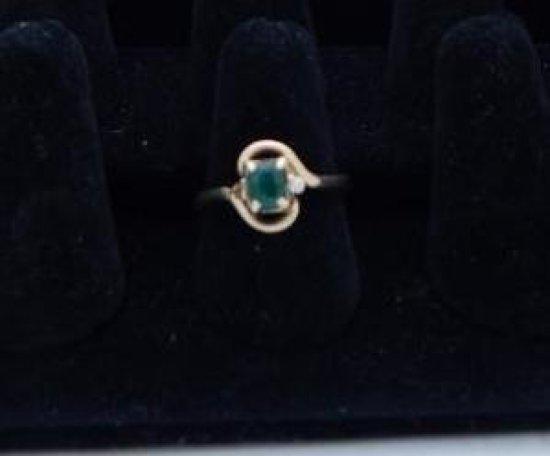 14kt Emerald & diamond ring *missing 1 small diamond chip size 9