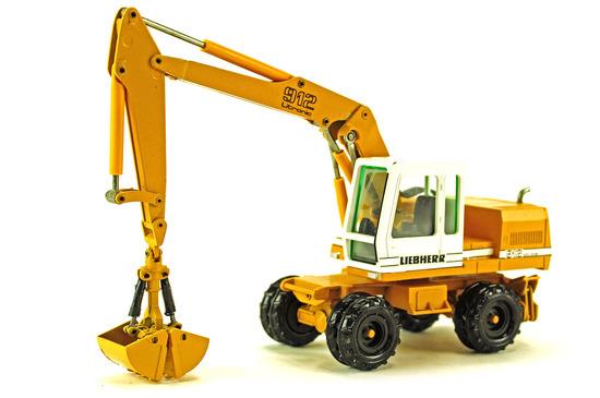Liebherr 912 Excavator w/Clam Bucket